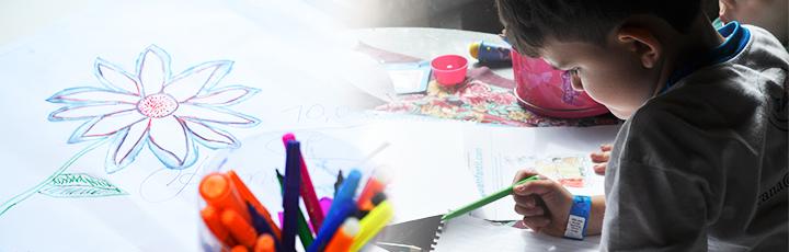 Criança pintando um tela