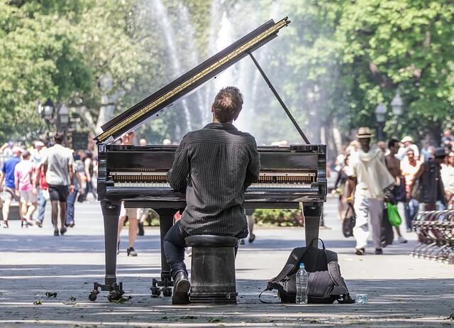 Pianista toca em praça pública