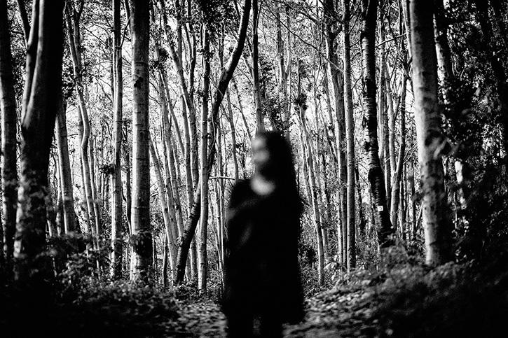 Garota sem foco numa floresta