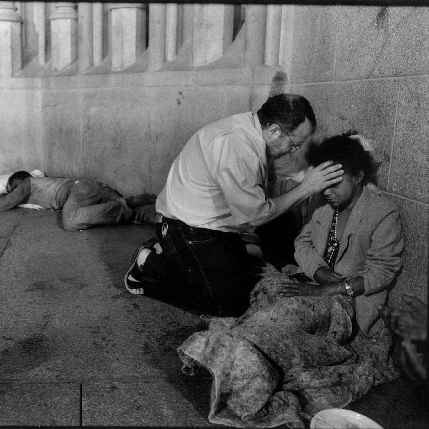 Padre Henrique ora por morador de rua na praça da Sé