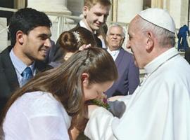 Casal da Aliança de Misericórdia de frente com o Papa Francisco
