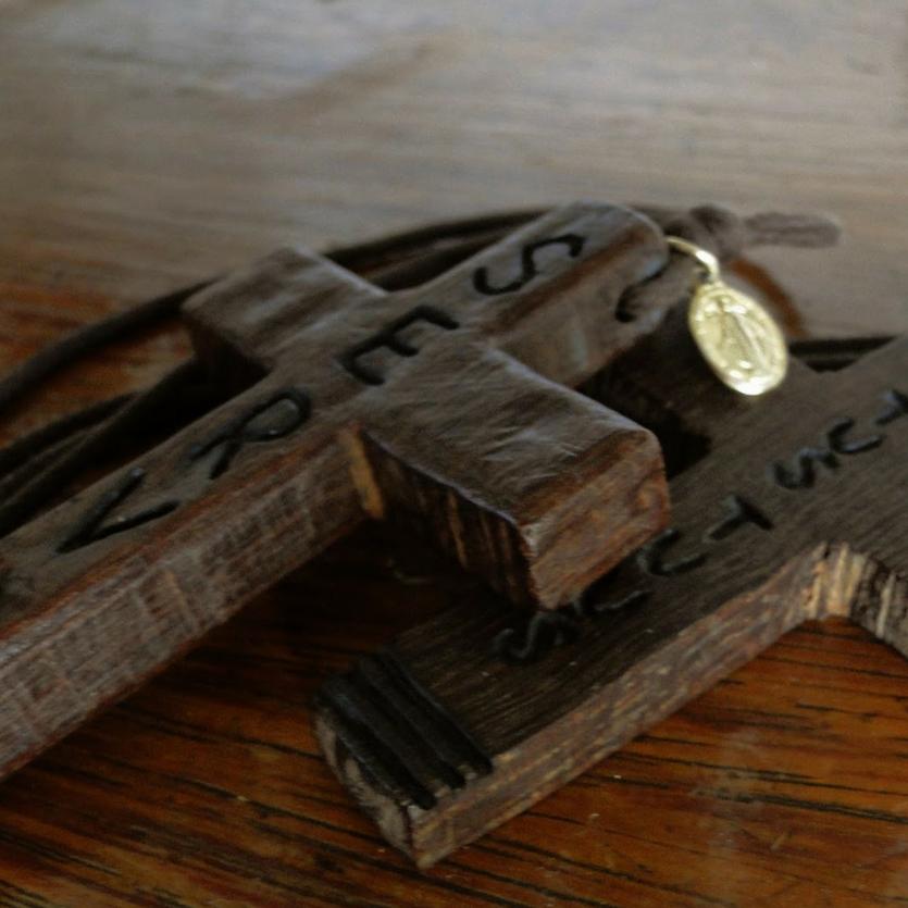 Crucifixos talhados em madeira