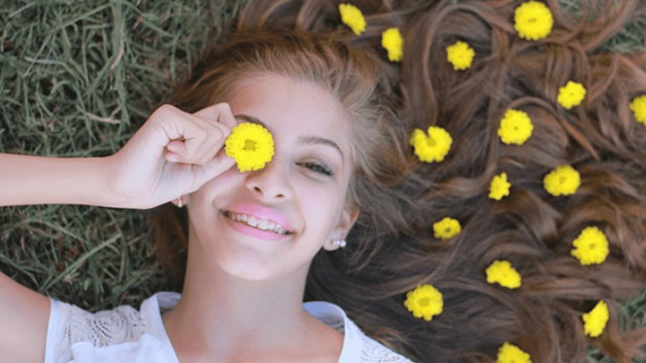 Garota com os cabelos enfeitados com flores