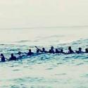 80 pessoas fazem cercam família que se afogava no mar