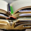 Bíblia com cadernos e lápis