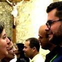Casais olham se olham em momento de oração