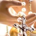 Rosário nas mãos de Nossa Senhora