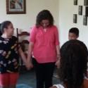 Os missionários conduzem momento de oração com as crianças
