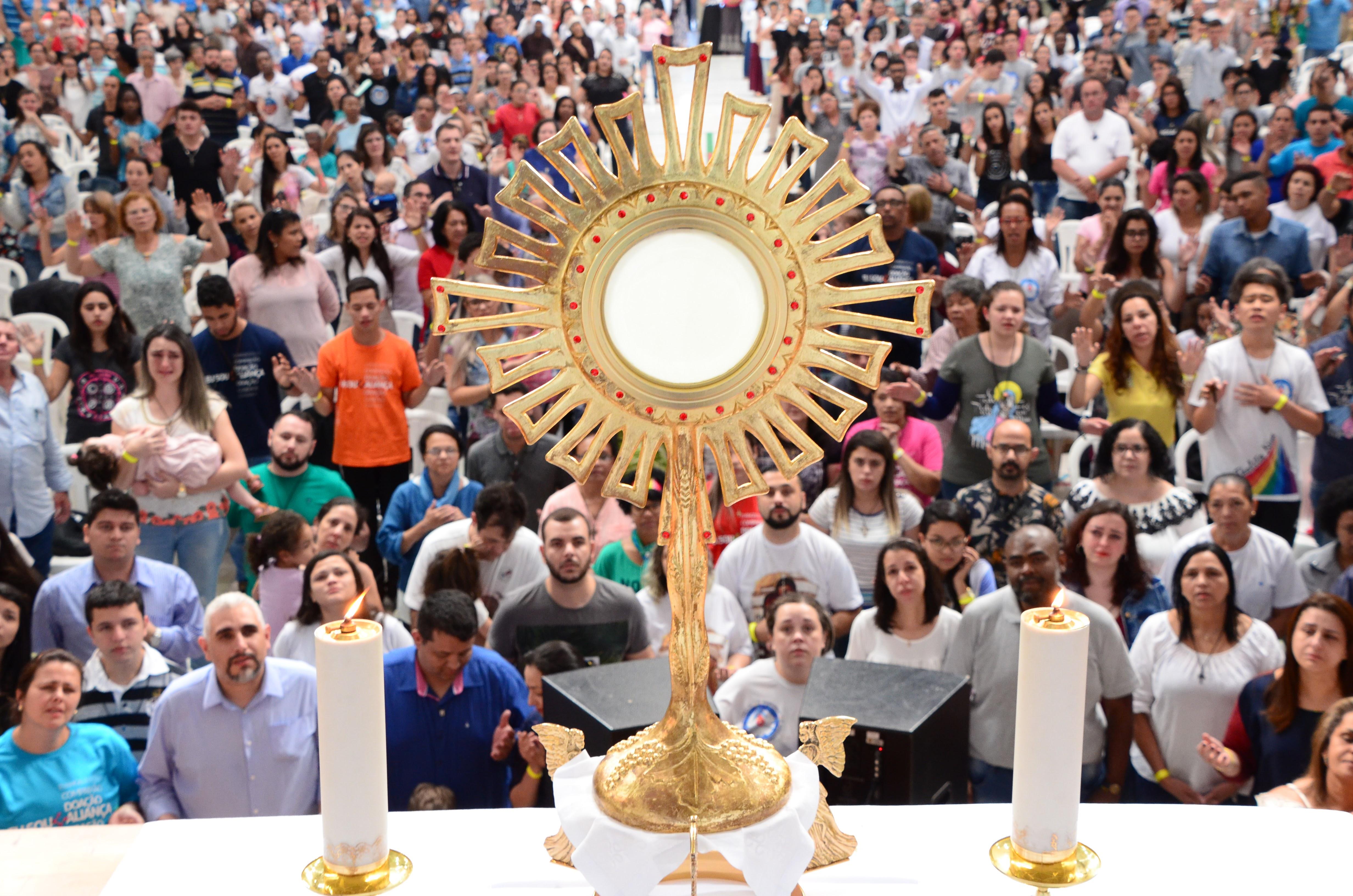 membros da Aliança de Misericórdia adoram a Eucaristia