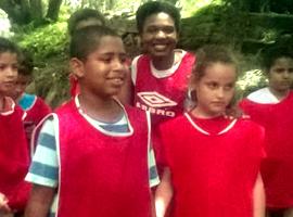 Crianças preparadas para disputar a gincana