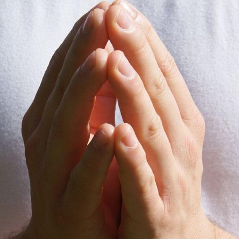 Mãos unidas em oração