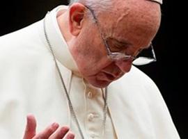 Papa Francisco ora de mãos erguidas