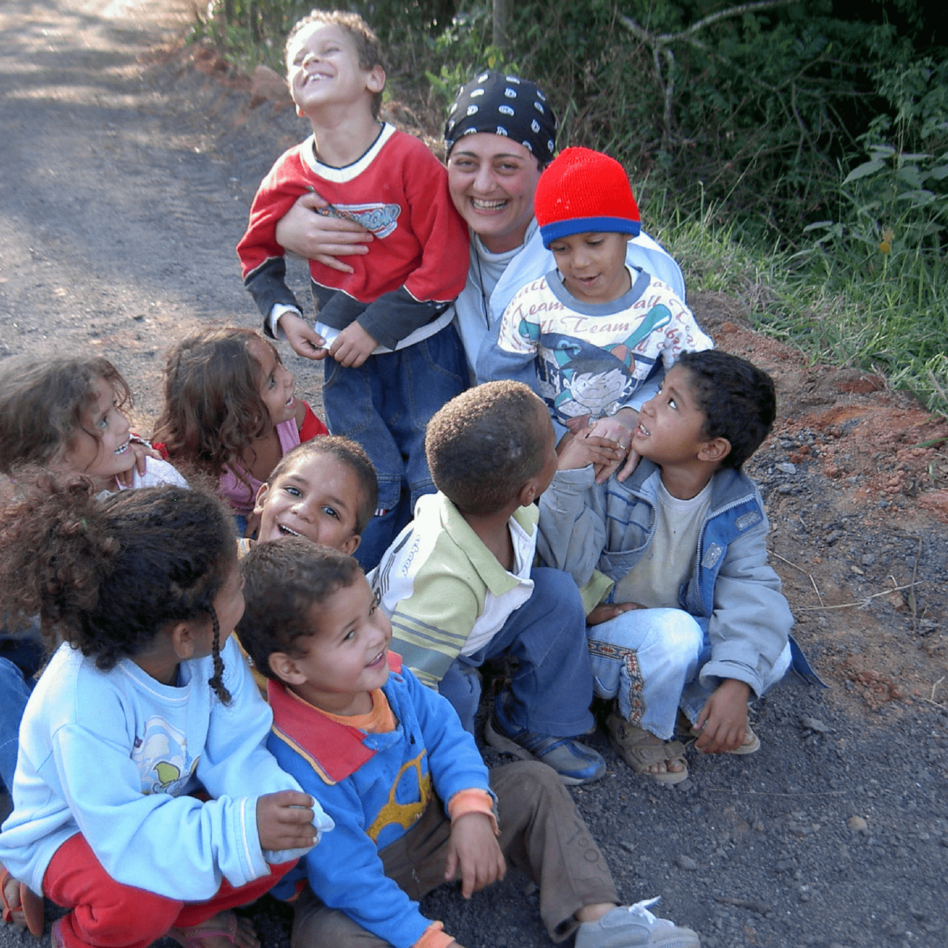 Maria Paola em foto com crianças do Parque deTaipas