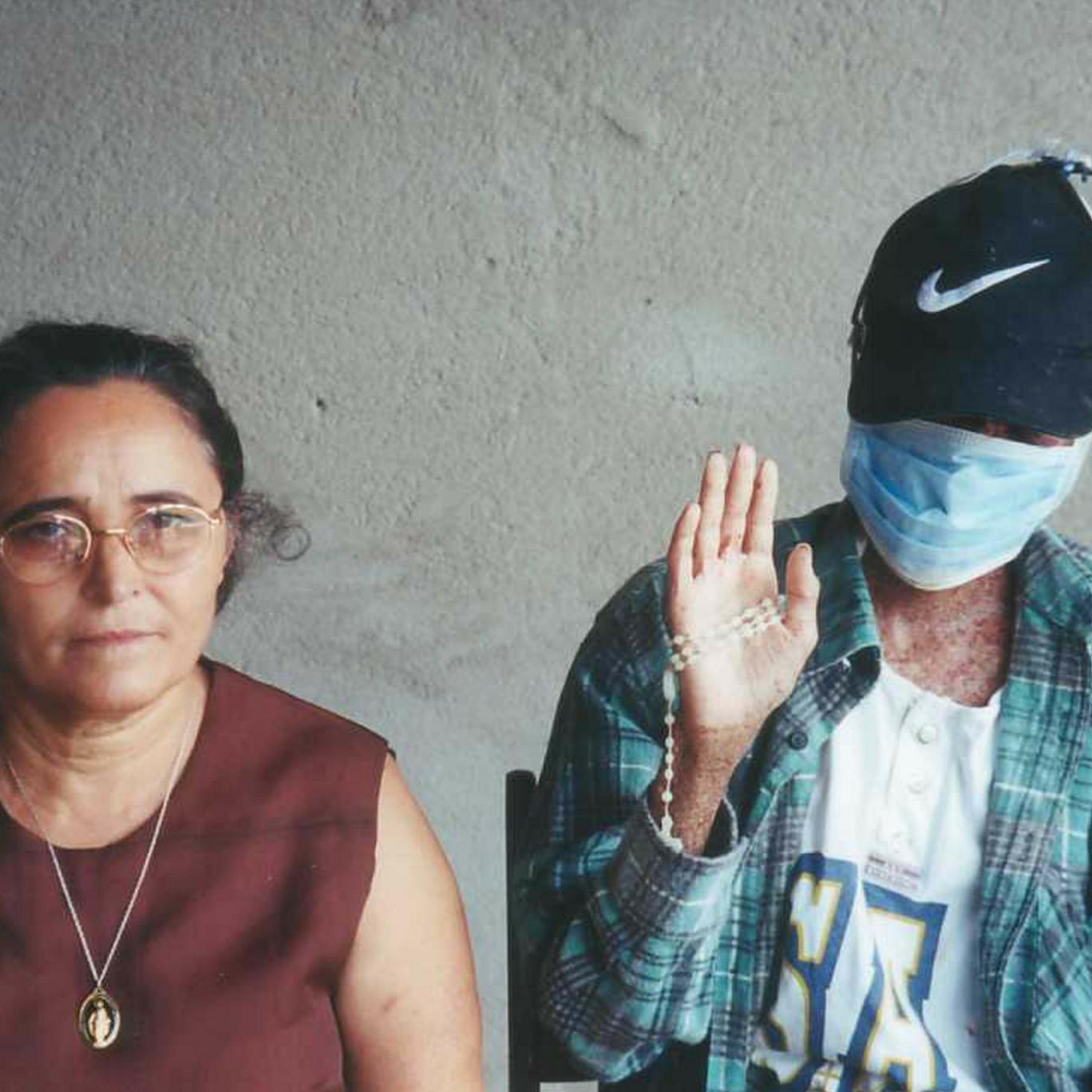 Paulo Roberto em foto ao lado de sua mãe