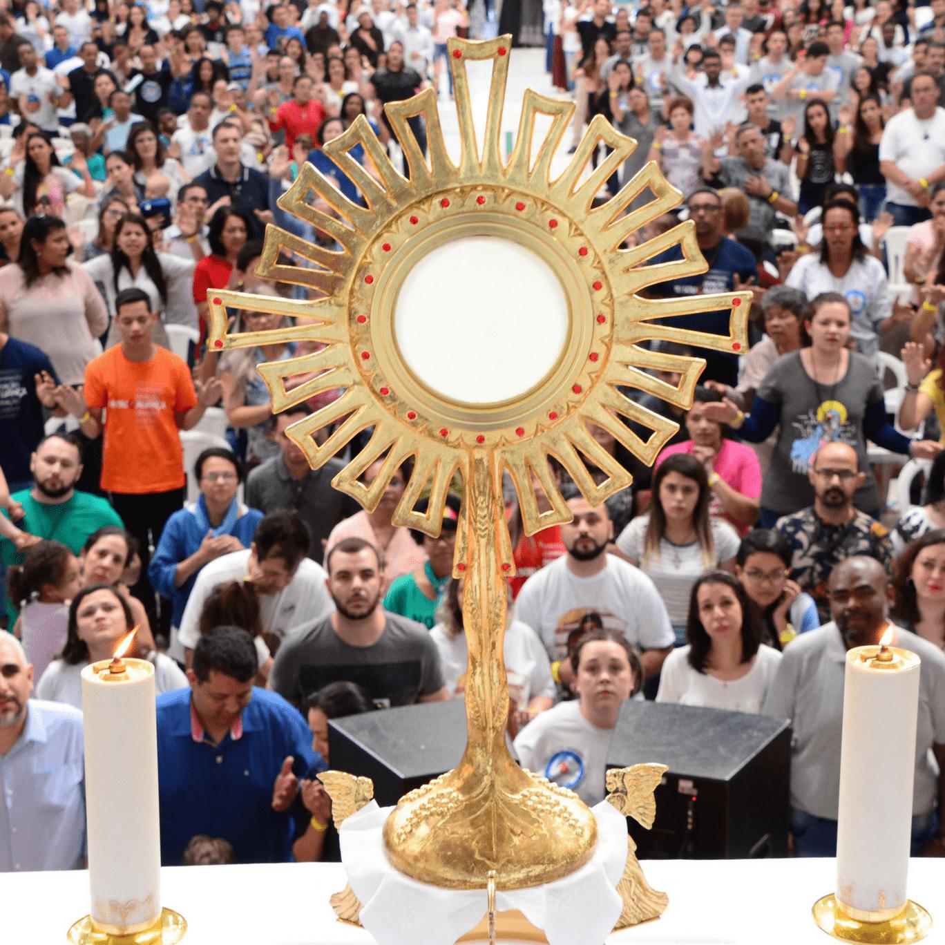 Membros da Aliança adoram o Santíssimo Sacramento
