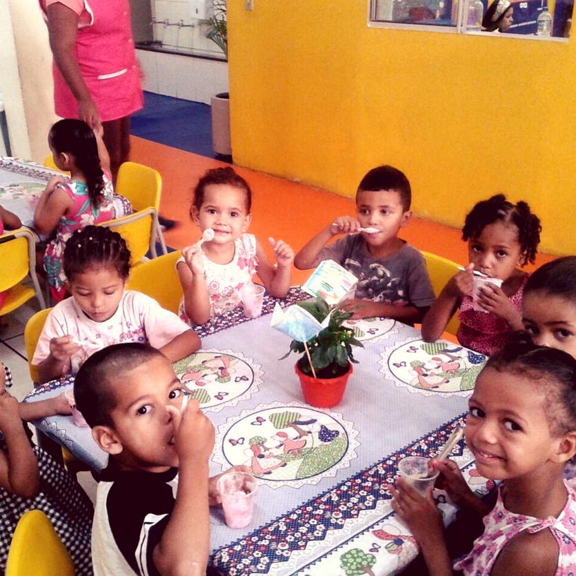 Crianças da CEI São Miguel no horário do lanche