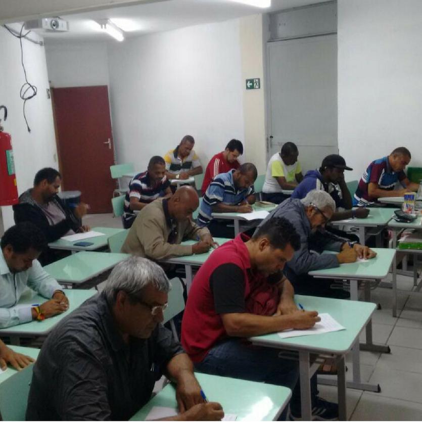 Homens recebem aula de elétrica