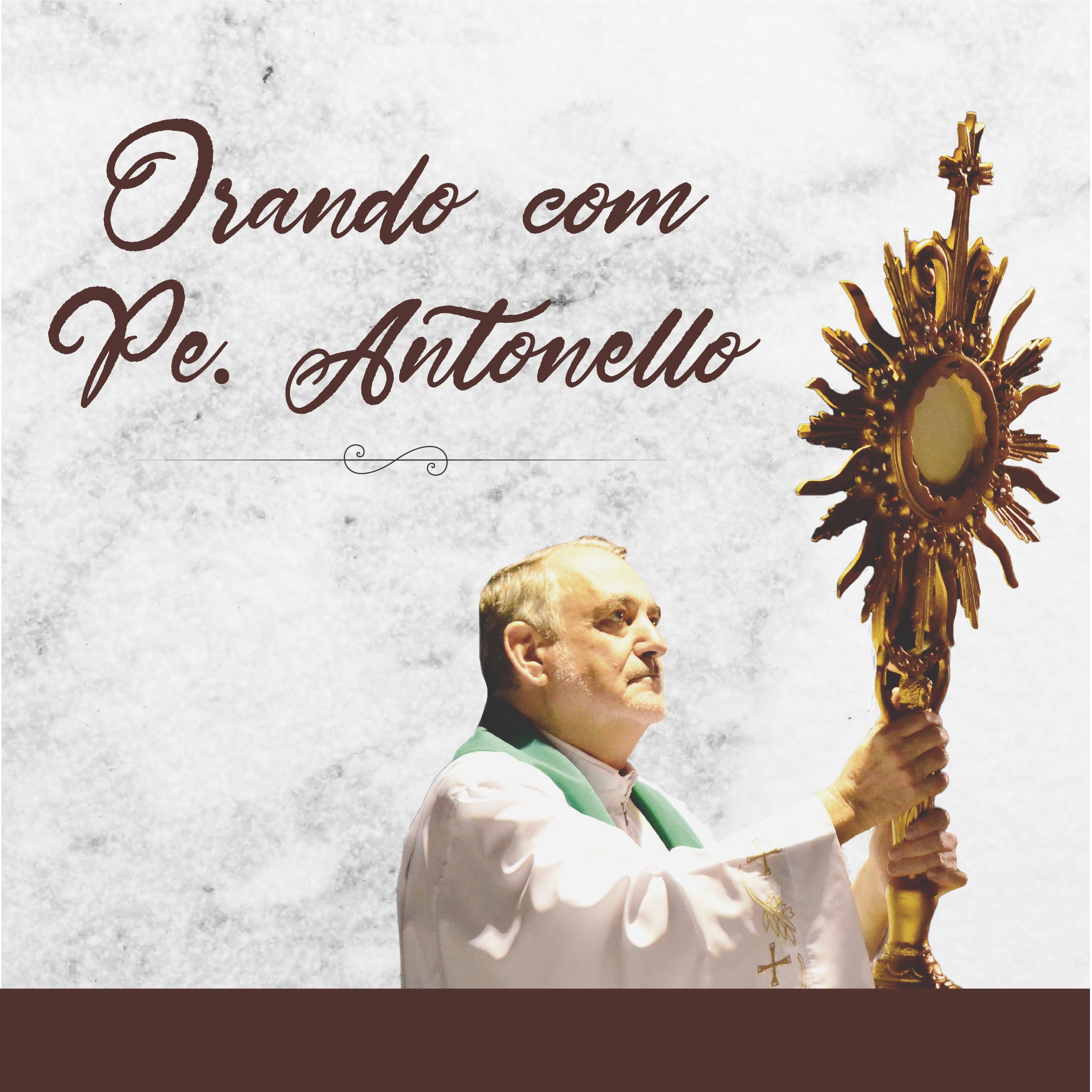 Padre Antonello segura hostensório com a Eucaristia
