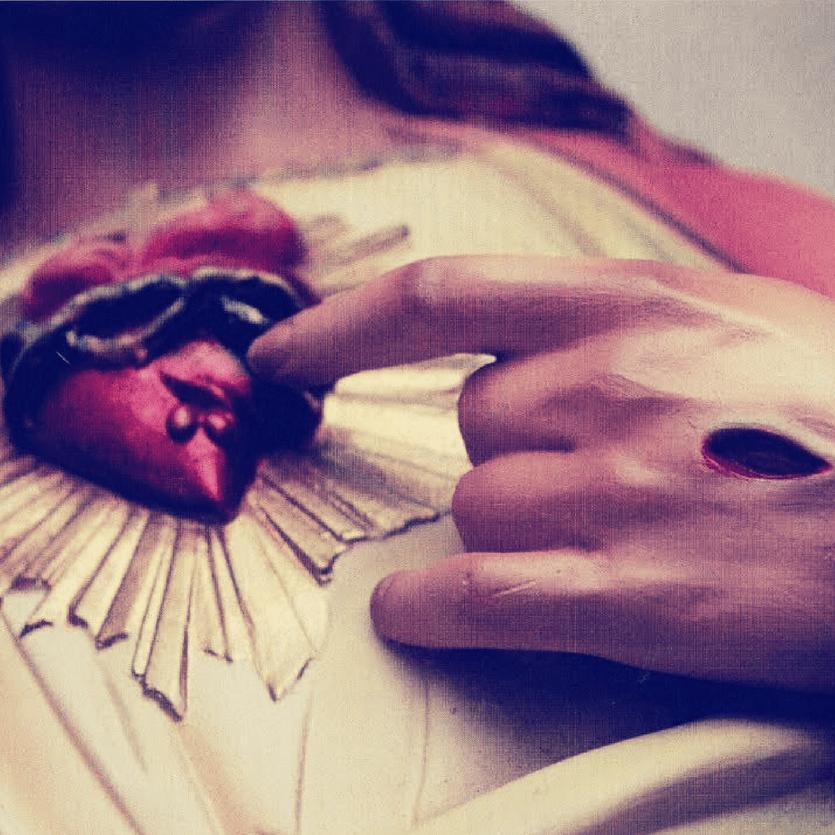 Detalhe da imagem do Sagrado Coração de Jesus aberto pela lança e em chamas