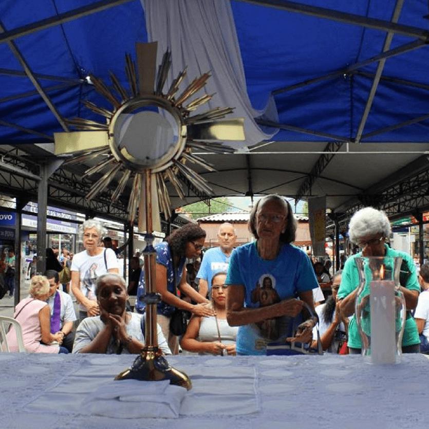 Altar com a Eucaristia, foi montado no calçadão de Bangu