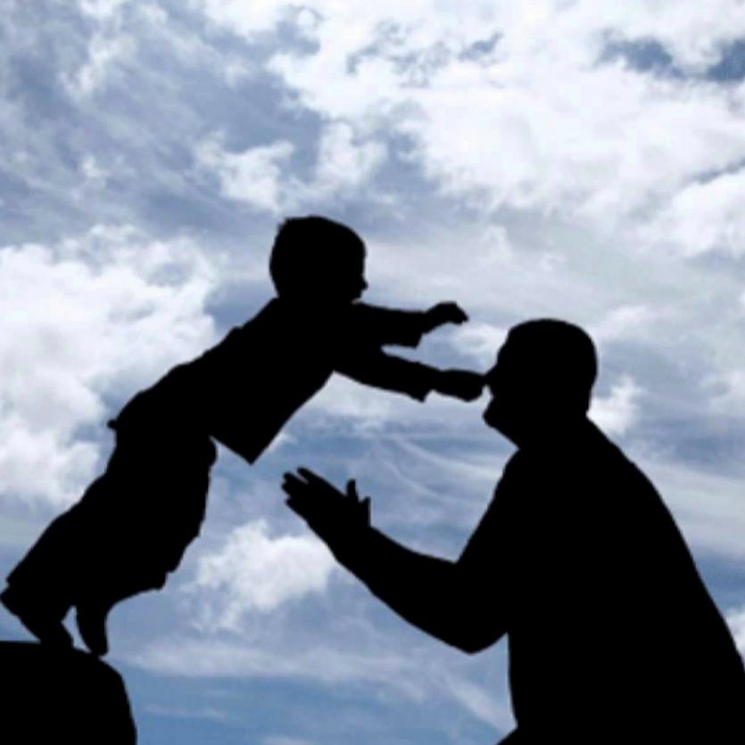 Criança se joga nos braços do pai