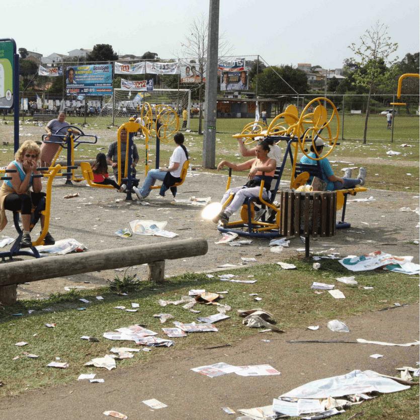 Moradores num parque sujo