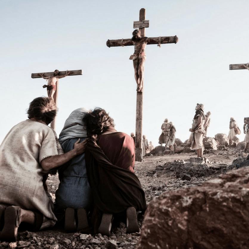 """Cena do filme """"Jesus de Nazareth"""", Maria, Maria Madalena e João aos pés da Cruz"""