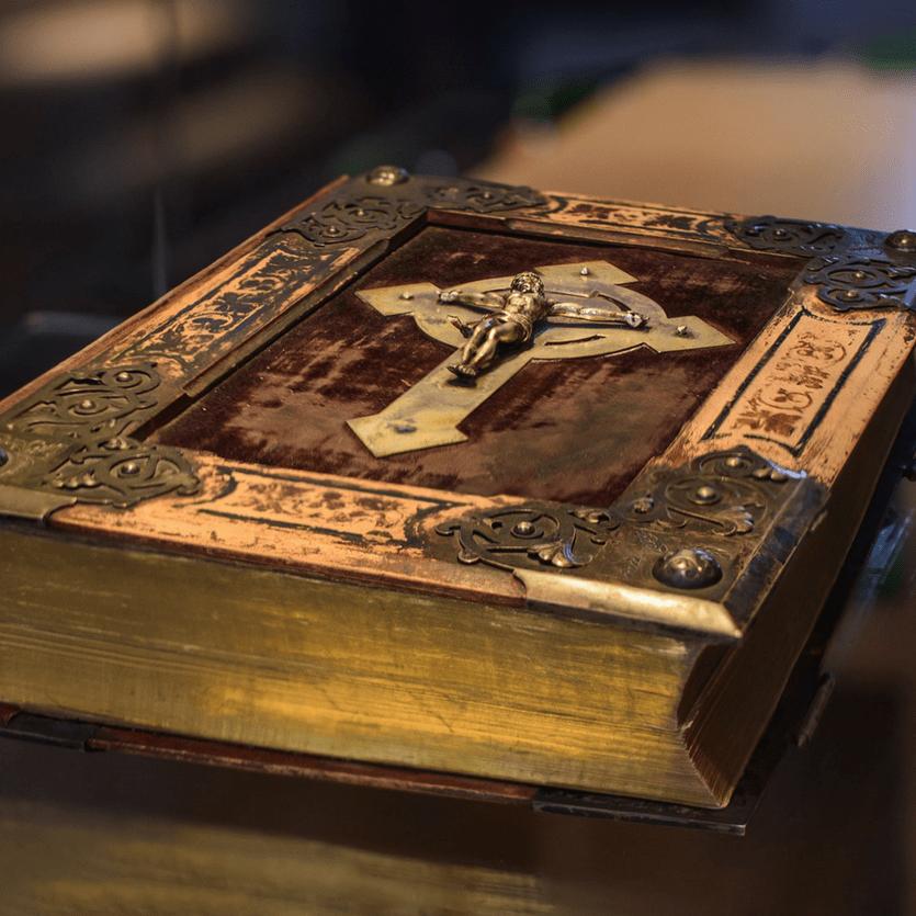 Detalhe de cruz em cima da Bíblia