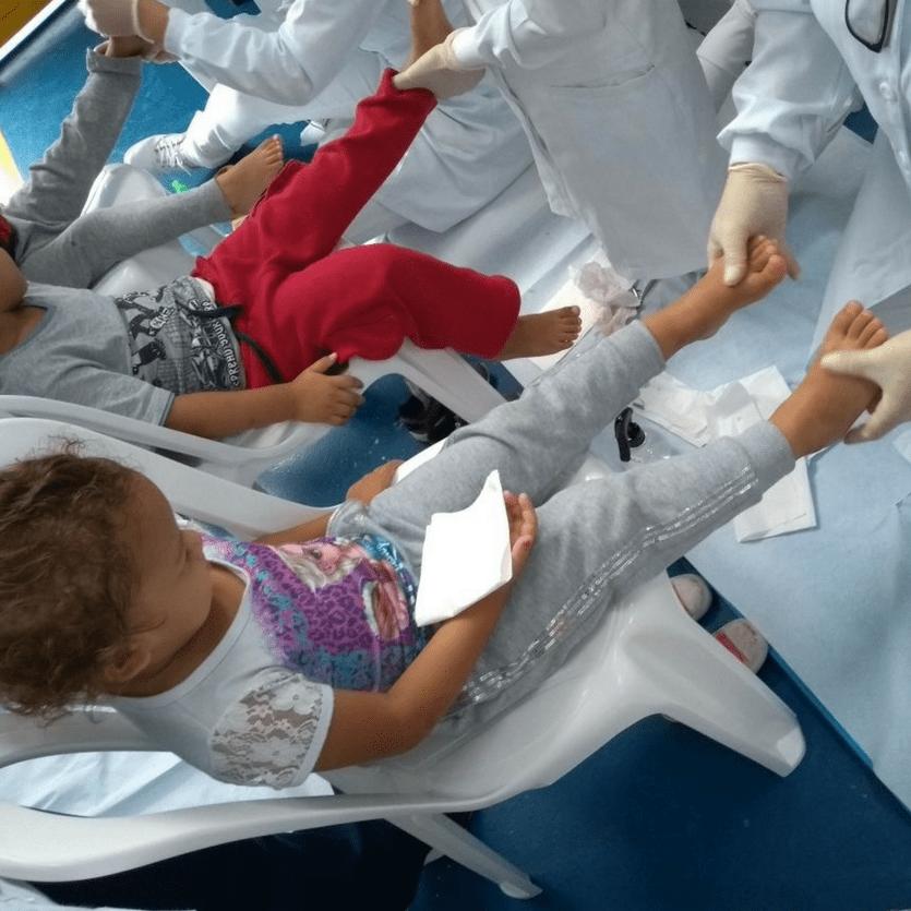 Doutora examina os pés de uma criança