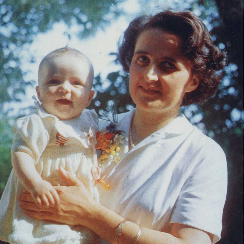 Santa Gianna Beretta Molla com seu bebê nos braços