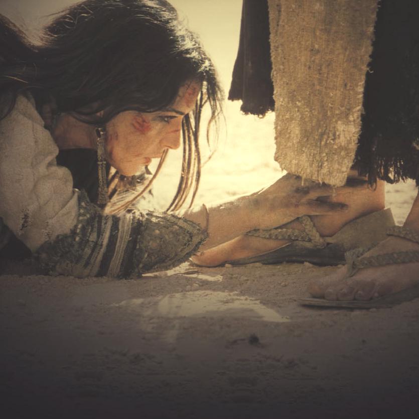 """Cena do filme """"Paixão de Cristo"""" Madalena aos pés de Jesus"""