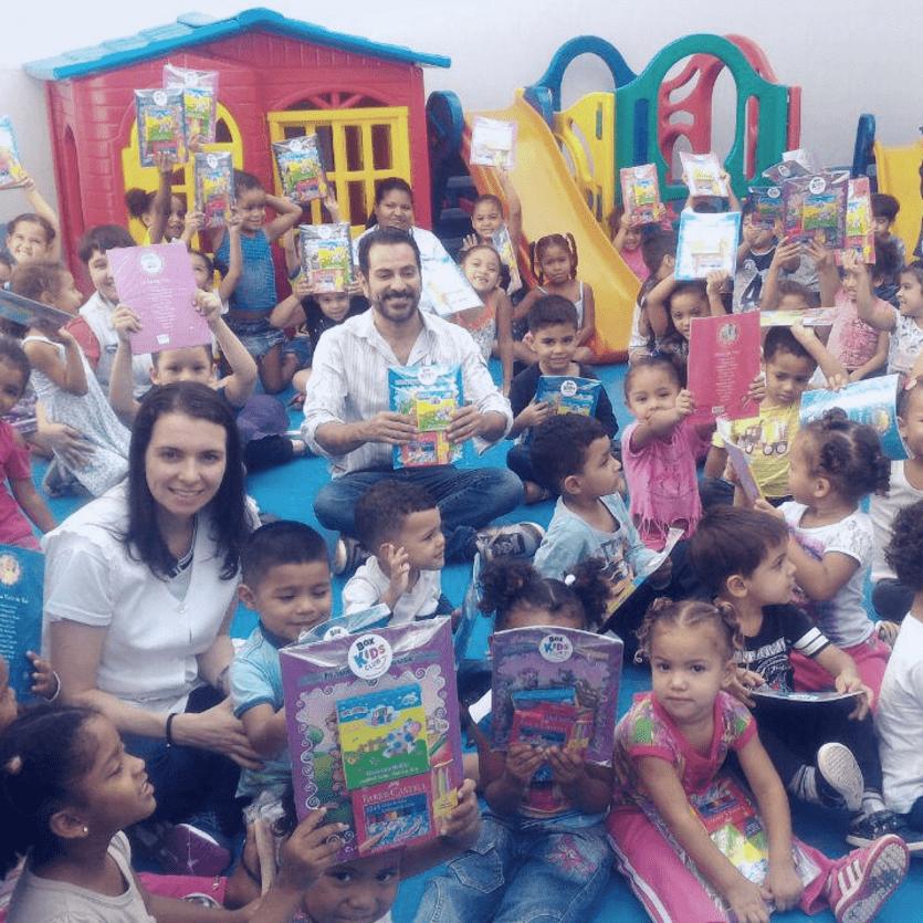 Crianças seguram livros doados
