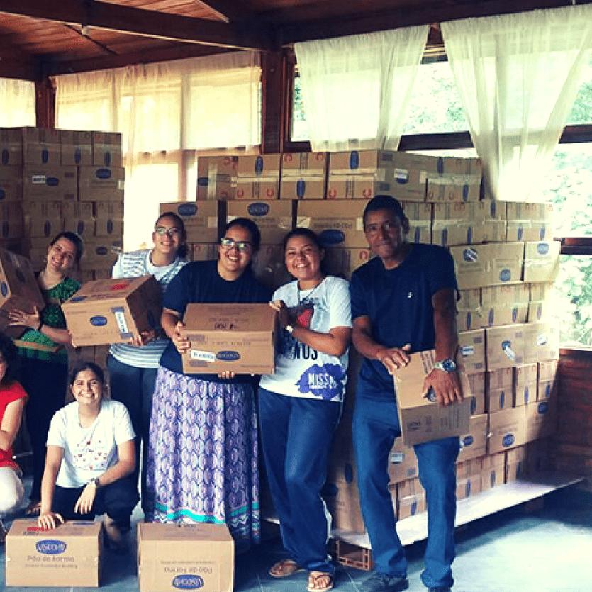 Caixas de doações de alimentos