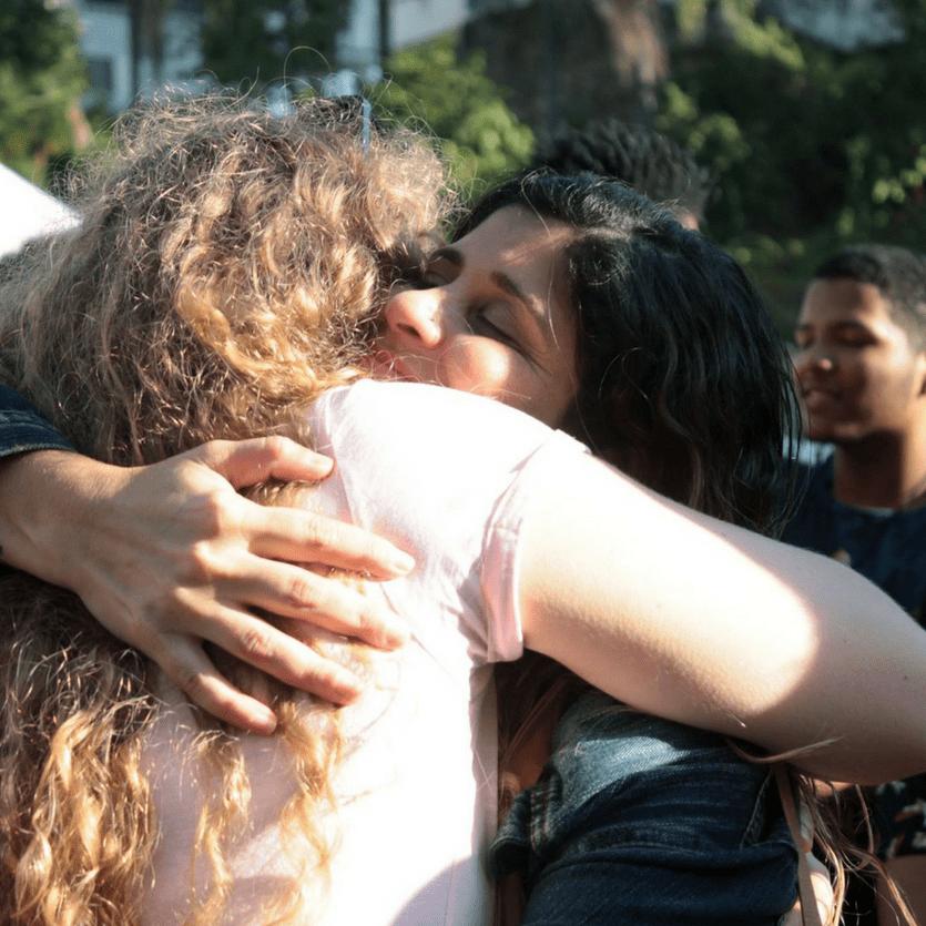 mulher abraça outra