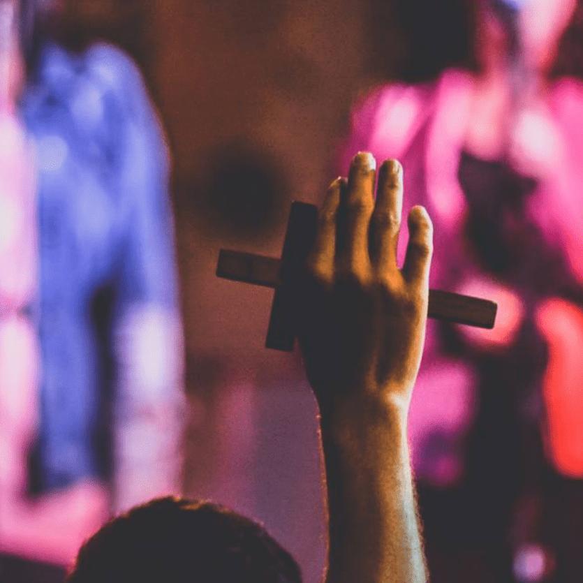 mão erguida com a cruz
