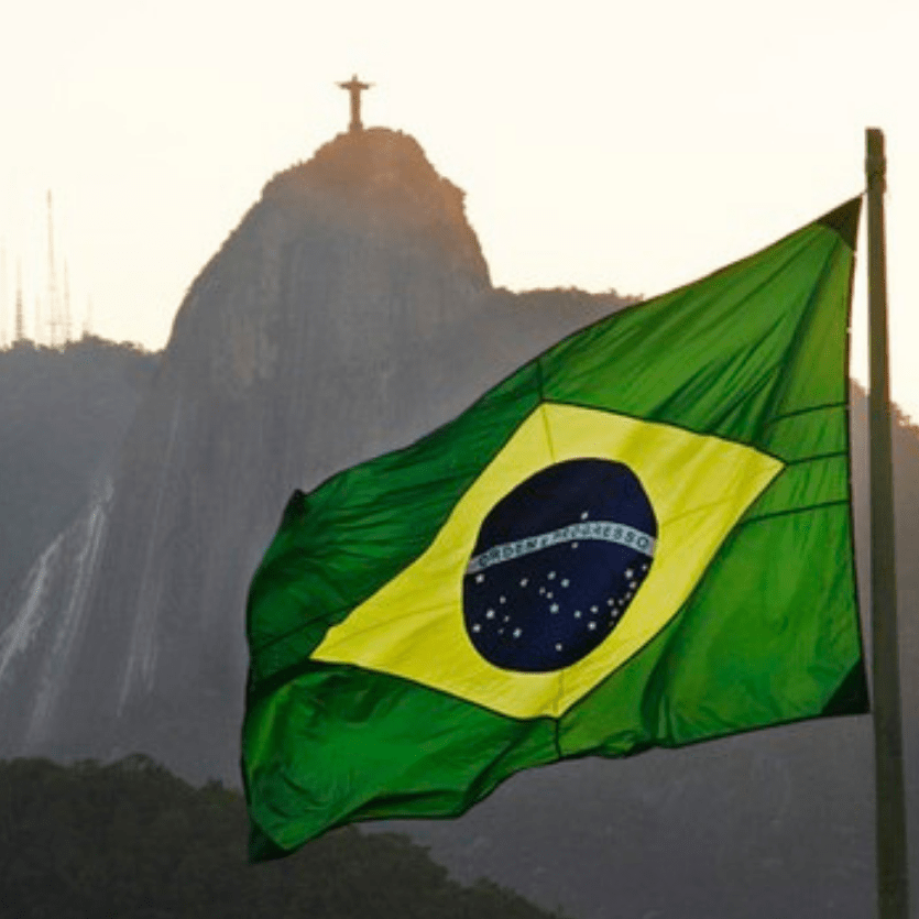 Bandeira do Brasil ao fundo o Corcovado