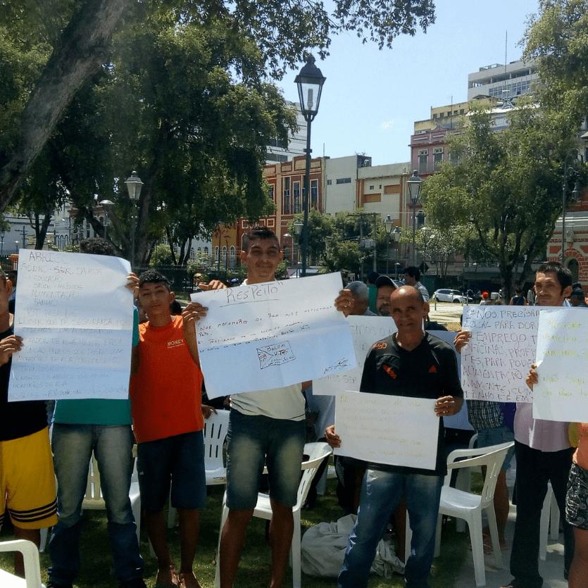 população de rua segura cartazes