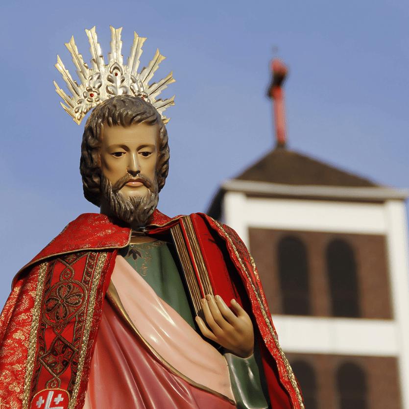 Imagem de São Lucas ao fundo a paróquia