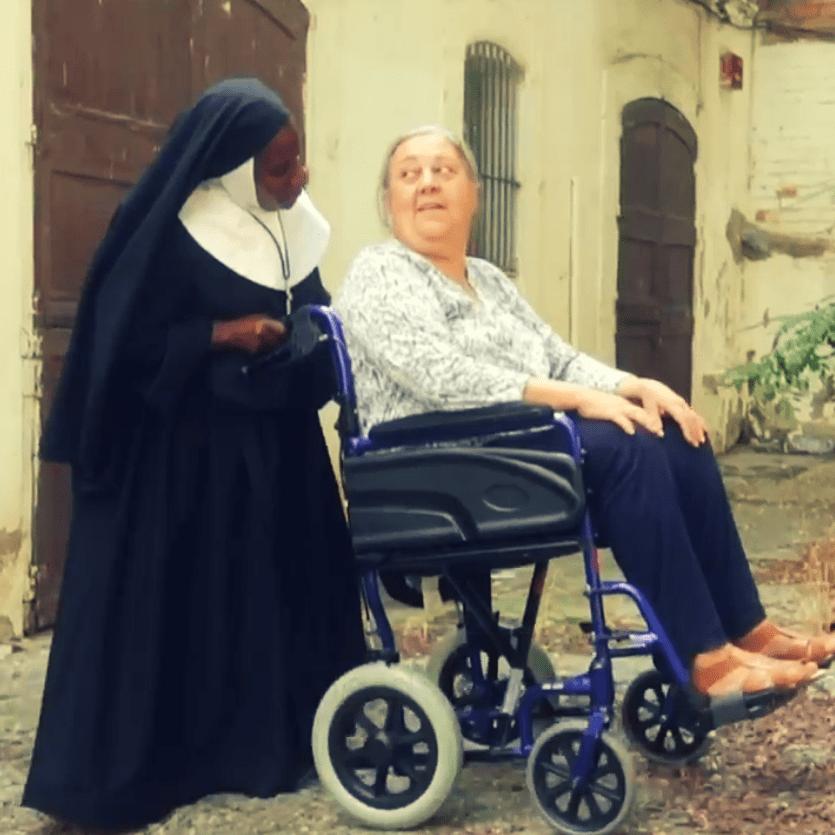 Consagrada ajuda cadeirante