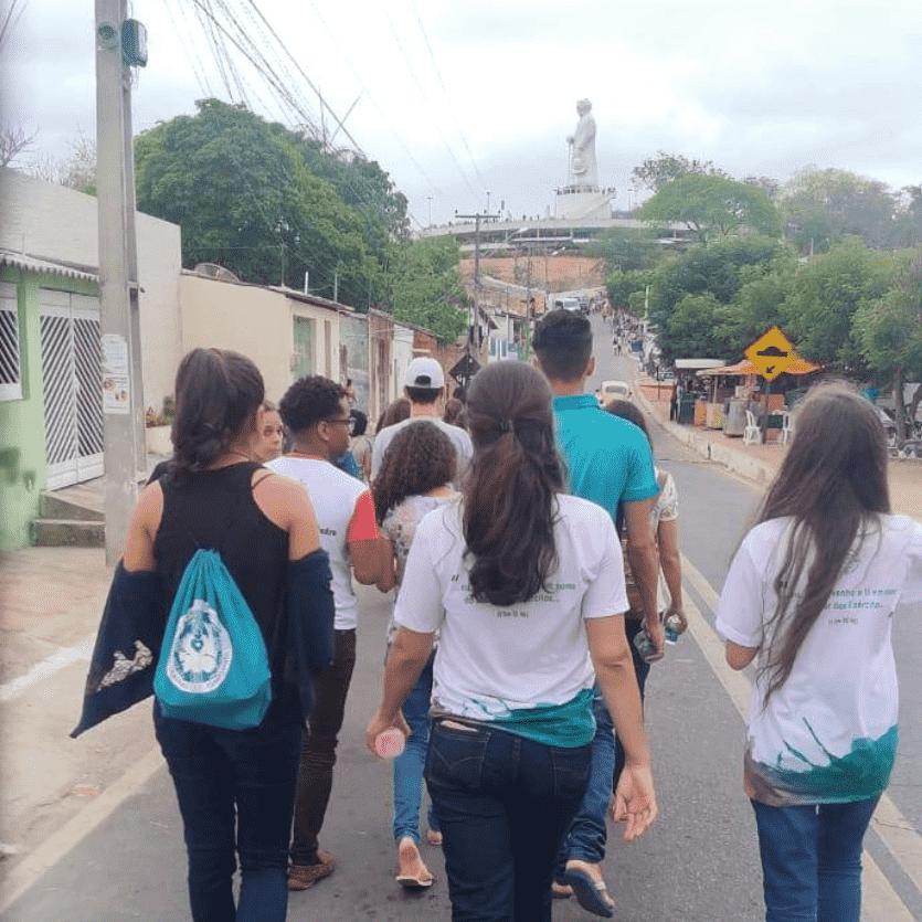 Missionários se dirigem ao Horto de Padre Cícero