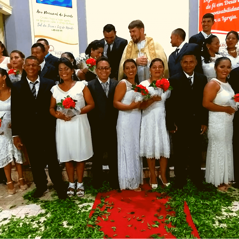 recém-casados tiram foto no altar