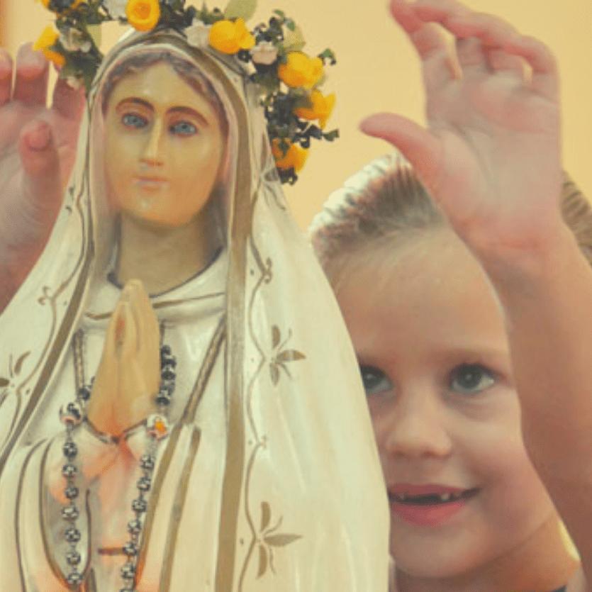 Criança loira coroa imagem de Nossa Senhora