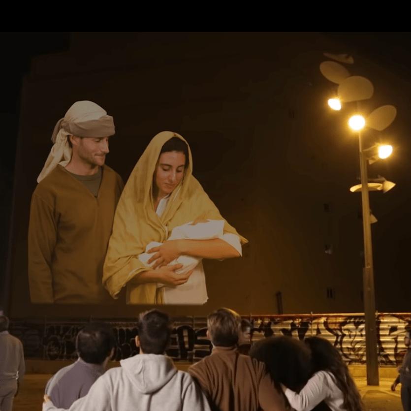 Projeção de José e Maria com o Menino Jesus num prédio