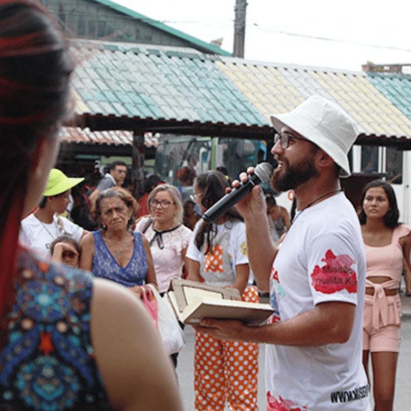 missionário prega em praça pública