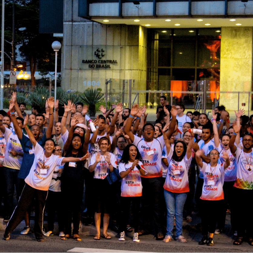 Jovens cantam na Avenida Paulista