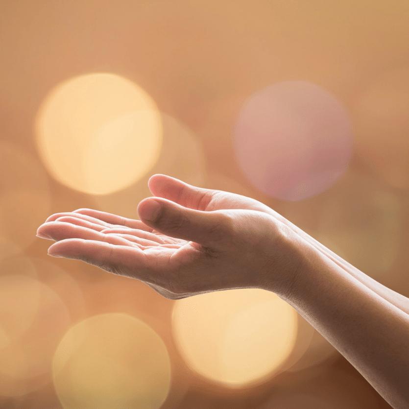 mão erguidas em oração
