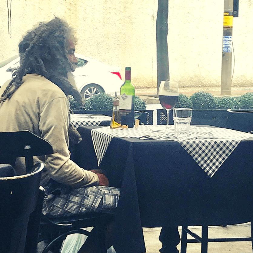 homem em situação de rua almoça no Benvindo