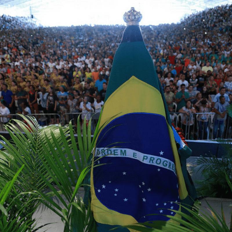 Imagem de Nossa Senhora com a bandeira do Brasil