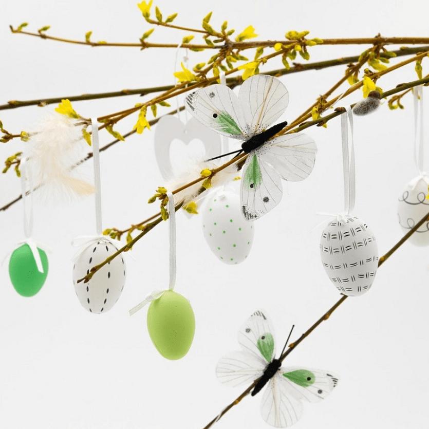 ovos decorados num ramo florido