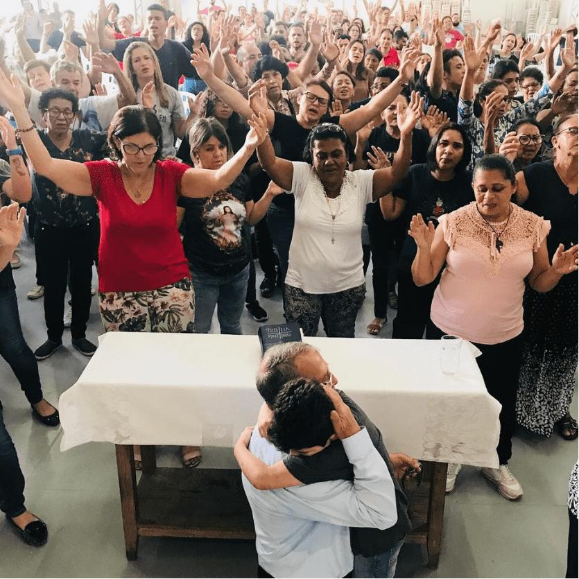 Padre Henrique ora por uma criança